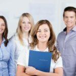 lächelnde Schülerin mit Bewerbungsunterlagen