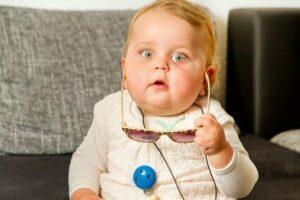 Kind mit natürlicher und spontanen Mimik