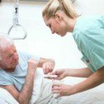 Altenpflegerin am Krankenbett