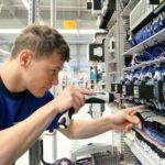 Elektroniker konzentriert