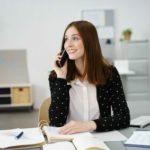 Bürokauffrau am Telefon im Büro