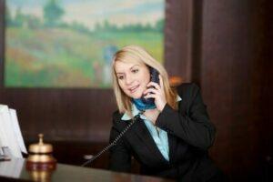 Hotelfachfrau an der Rezeption