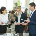 Geschäftsleute reden miteinander beim Business Meeting im Konferenzraum