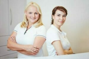 Zwei medizinische Fachangestellte beim Arzt