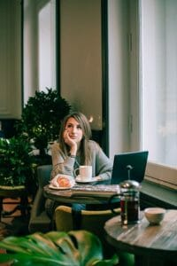 Bewerbungsgespräch im Cafe