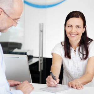 patient und arzthelferin mit einem formular