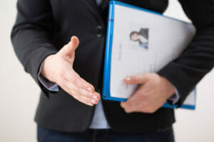 Bewerber bietet den Handschlag korrekt an