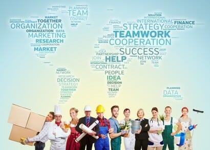 International Teamwork mit Gruppe von Leuten aus vielen Berufen